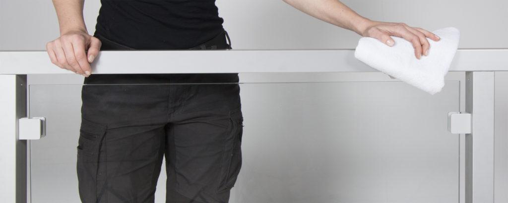 Vedligeholdelse af gelænder i glas, rustfri stål, aluminium og træ.