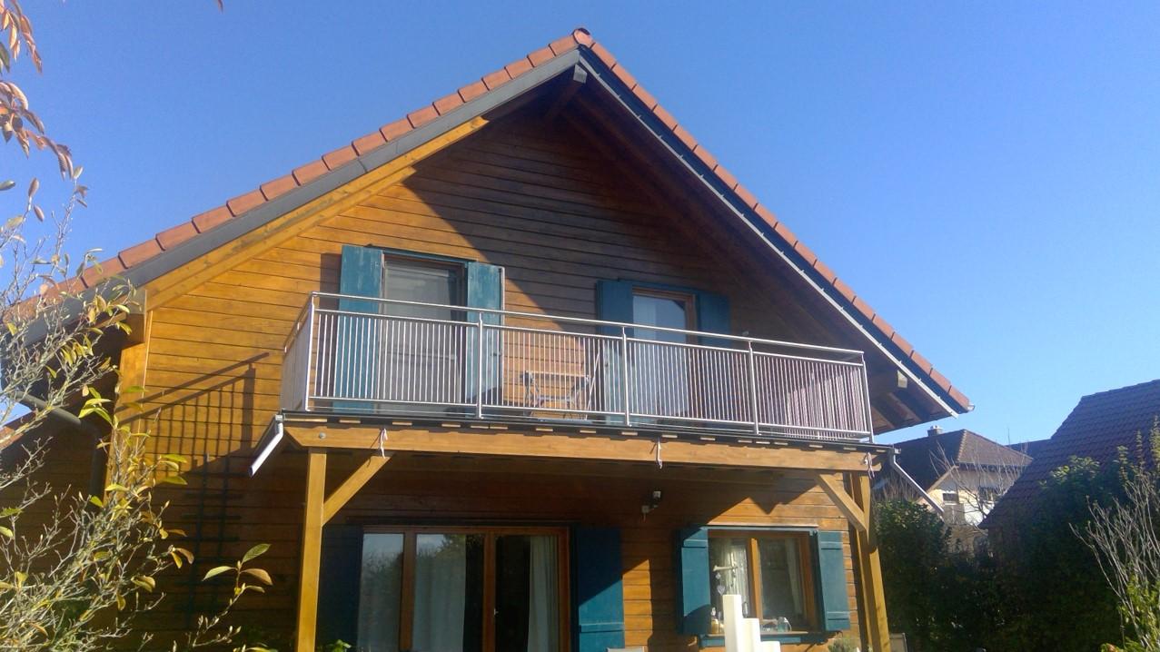 Rostfritt räcke med stående stänger vid balkong