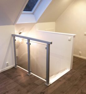 Glasräcke inomhus vid trapphål. Aluminiumräcke monterat med fot.