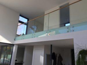 Stolpefritt glassrekkverk innendørs