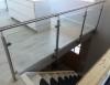 Glasräcke inomhus med rostfria stolpar