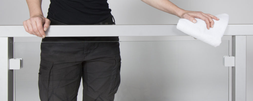 Underhåll av räcken i glas, rostfritt stål, aluminium och trä