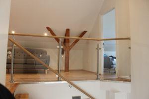 Trappräcke. Ledstång och räcke ovanför trappan med glasinfattning.