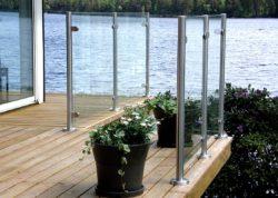 Glasräcke med runda stolpar i rostfritt stål
