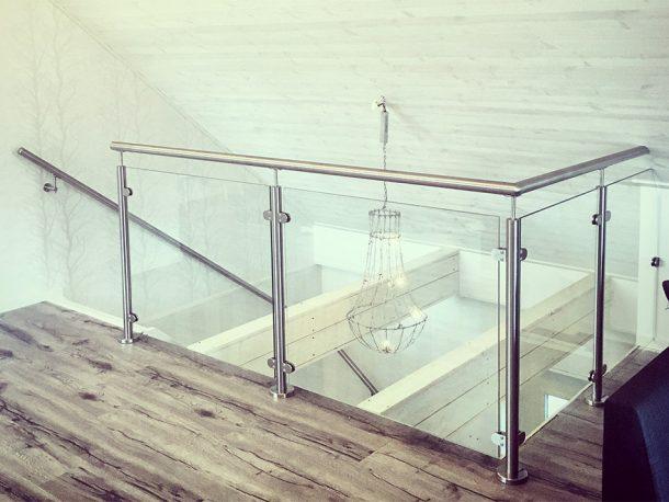 Rostfritt glasräcke vid trapphål