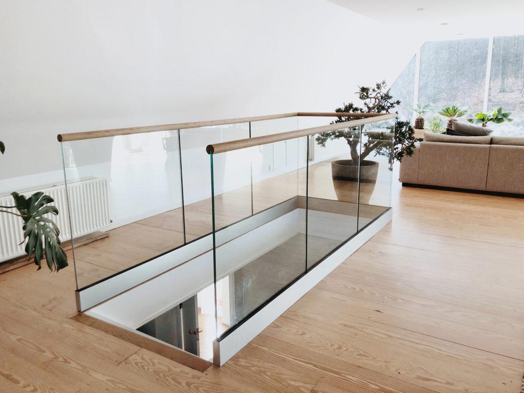 trappräcke glas och trä